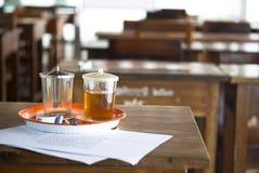 Tee auf Tabelle am Mönch-Klassenzimmer Stockbilder