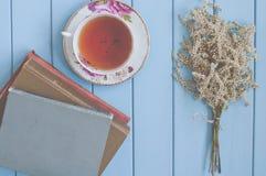 Tee, Bücher und Blumen Stockbild