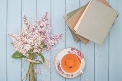 Tee Bücher und Blumen Lizenzfreie Stockbilder