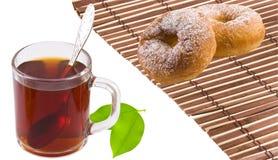 Tee, Bagel und Teeblätter Lizenzfreies Stockfoto