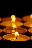 Tee beleuchtet Kerzen mit Feuer Stockbilder