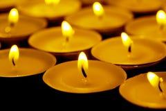 Tee beleuchtet Kerzen mit Feuer Lizenzfreies Stockbild