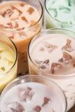 Tee Boba/der Blase Selbst gemachter verschiedener Milch-Tee mit Perlen auf Holz Stockbild
