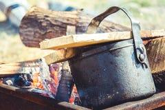 Tee, der auf einem Feuer braut lizenzfreies stockfoto