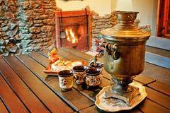 Tee, der an einem Kamin trinkt Stockfoto