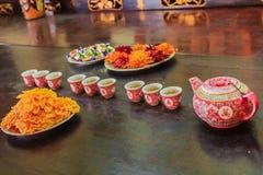 Tee, der an einem Tempel anbietet Stockfoto