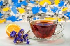 Tee in der Glasschale mit Zitrone und Blume Lizenzfreie Stockfotografie
