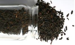 Tee, der heraus ein Glasglas verschüttet Stockfotografie