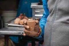Tee in der indischen Lehmschale lizenzfreie stockfotos