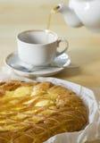 Tee, der morgens mit Torte trinkt Stockfotografie