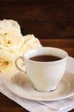 Tee in der Porzellanschale und -rosen Stockfoto
