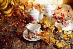 Tee in der rustikalen schicken Art Entspannengetränktee der Frau Grüner Tee in einer Schale stockbild
