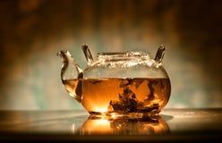 Tee in der Teekanne Lizenzfreie Stockfotos