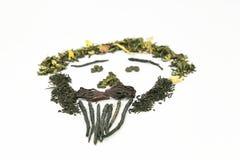 Tee der unterschiedlichen Vielzahl wird auf einem weißen Hintergrund in Form eines Bildes - ein Person ` s Gesicht ausgebreitet!  Stockfoto
