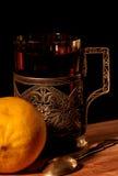 Tee in einem Glashalter und in einer Zitrone Stockfoto