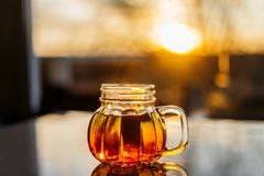 Tee in einem Kürbisbecher Lizenzfreies Stockfoto