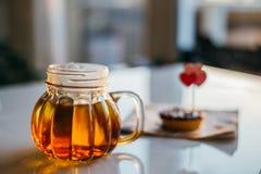 Tee in einem Kürbisbecher Stockfotografie
