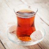 Tee in einem transparenten Glas Stockbild