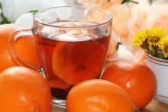 Tee in einer Schale, in den Orangen und in den Zitronen auf einer sonnigen Tabelle stockbilder