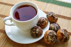 Tee in einer weißen Schale, Lebkuchen Lizenzfreie Stockfotografie