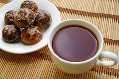Tee in einer weißen Schale, Lebkuchen Lizenzfreie Stockbilder