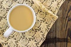 Tee für einen auf Spitzetischdecke Stockbild