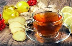 Tee für Kälte und Grippe Zitrone, Ingwer, Kiwi und Viburnum für Tee für eine Kälte Lizenzfreies Stockfoto