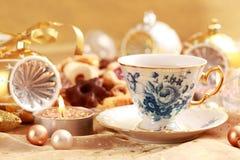 Tee für Weihnachten mit süßen Plätzchen Lizenzfreies Stockbild