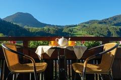 Tee gedient auf Höhenkurortterrasse stockfoto
