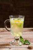 Tee gemacht vom Ingwerhonig und -minze stockbild