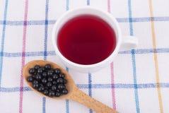 Tee gemacht von den Beeren der schwarzen Holunderbeere Stockfotos