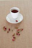 Tee gemacht von den rosafarbenen Blumenblättern des Tees Lizenzfreies Stockbild
