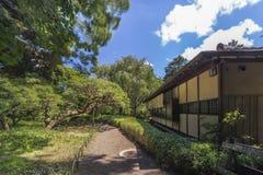 Tee-Haus nannte Rakuutei, das durch einen Weg gezeichnet wurde, der durch Kiefer umgeben wurde lizenzfreies stockbild