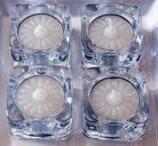 Tee-helle Kerzen in den Glashaltern Stockfotografie