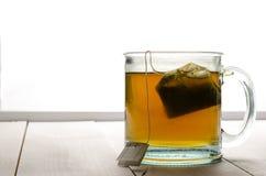 Tee hintergrundbeleuchtet mit Teebeutel Stockfotos