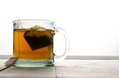Tee hintergrundbeleuchtet mit Teebeutel-Landschaftsansichtlinksextremen Lizenzfreies Stockbild