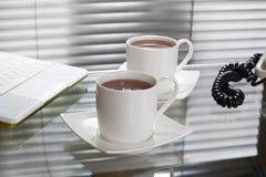 Tee im Büro Stockbild