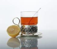 Tee im Glasbecher und in den Zitronen Stockfotografie