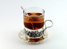 Tee im Glasbecher und in den Zitronen Stockfotos