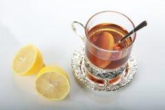 Tee im Glasbecher und in den Zitronen Lizenzfreie Stockfotos