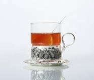 Tee im Glasbecher und in den Zitronen Lizenzfreie Stockbilder