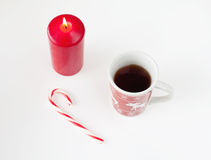 Tee im Weihnachtscup, in der Weihnachtssüßigkeit und in der roten Kerze stockfoto