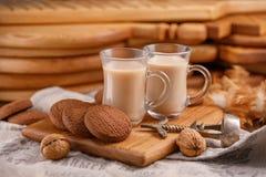 Tee ist auf englisch Köstlicher und gesunder Frühstück Tee mit Milch- und Hafermehlplätzchen stockbilder
