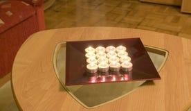 Tee-Leuchte Kerzen auf einer Tabelle Stockbild