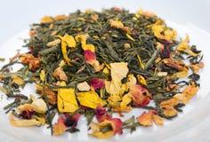 Tee mit Blumenblatt Farben- und ginsenginstudio Stockfotos