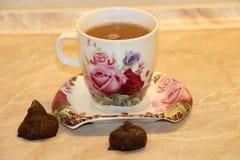 Tee mit Bonbons Lizenzfreie Stockfotografie