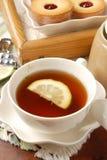 Tee mit einer Zitrone stockbilder