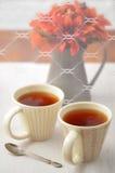 Tee mit Fallblumen Stockfoto