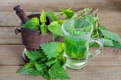 Tee mit frischen Nesseln Lizenzfreies Stockfoto