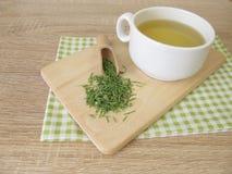 Tee mit getrocknetem Ackerschachtelhalm Lizenzfreie Stockfotografie